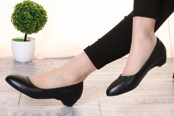 Обувь на низком каблуке
