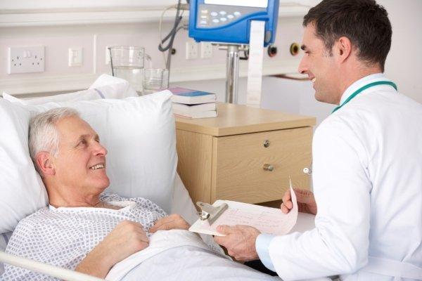 Пациент с доктором в палате