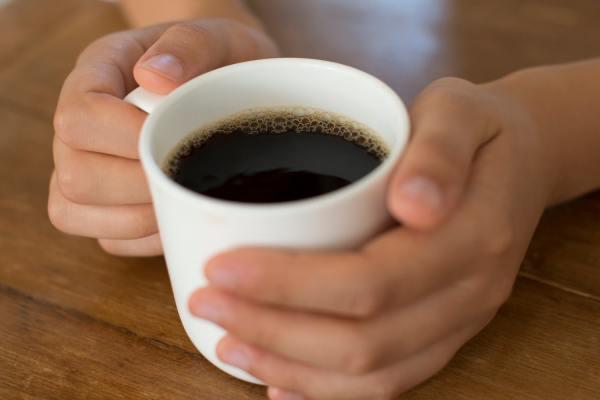 Руки держат кофе