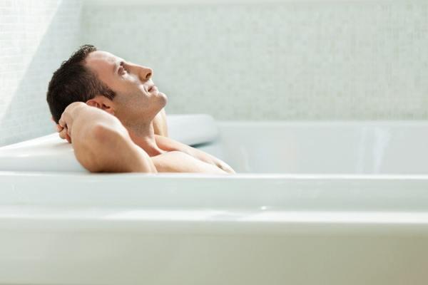 Мужчина в ванной